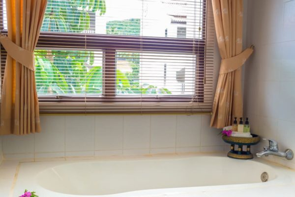 22 Modern Bathroom Window Treatment Ideas