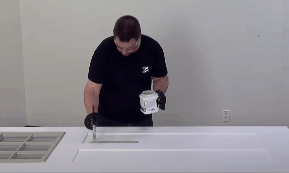 Apply the primer to the outer side of the door